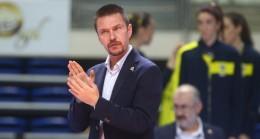 Fenerbahçe Voleybol Takımı Antrenörü Kupayı Gördü!