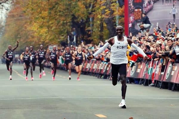 Kenyali Atlet 42 Km'yi 2 Saatin Altinda Kostu!