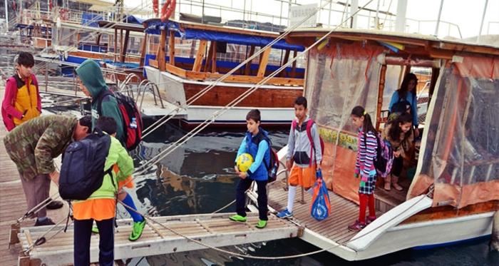 Okula Gitmek İçin Tekne Kullanıyorlar!