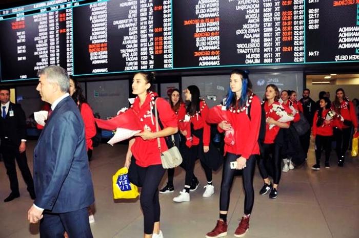 Havaalanında Millilere Sürpriz Karşılama Töreni!